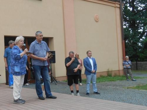 2.....v úvodu her  byl  viceprezident spolku  ,,SENIOŘI ČR,, Ing Mgr TOJNAR  představen  přítomným a pozdravil sportující seniory  libereckého kraje